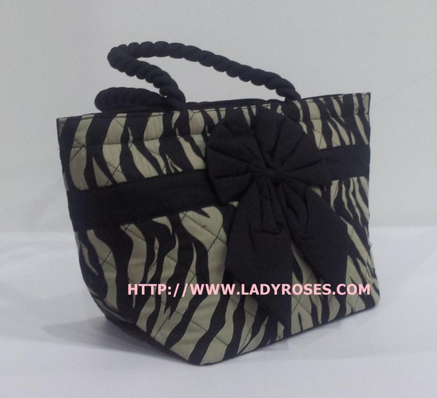 กระเป๋าถือ นารายา Size S ผ้าคอตตอน พิมพ์ลายม้าลาย สีดำ-น้ำตาล ผูกโบว์ สีดำ สายหิ้ว หูเกลียว (กระเป๋านารายา กระเป๋าผ้า NaRaYa กระเป๋าแฟชั่น)