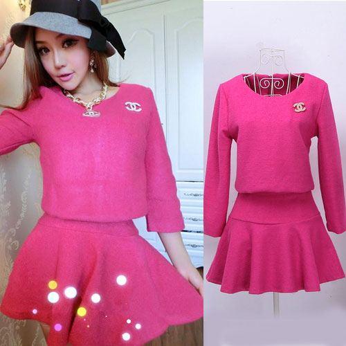 ++สินค้าพร้อมส่งค่ะ++ ชุดเซ็ทเกาหลี เสื้อคอกลม แขนยาว ซิบหลัง แต่งด้วยเข็มกลัด Channel ที่อก+กระโปรงสั้มตัดครึ่งทรงกลม – สี Red Rose