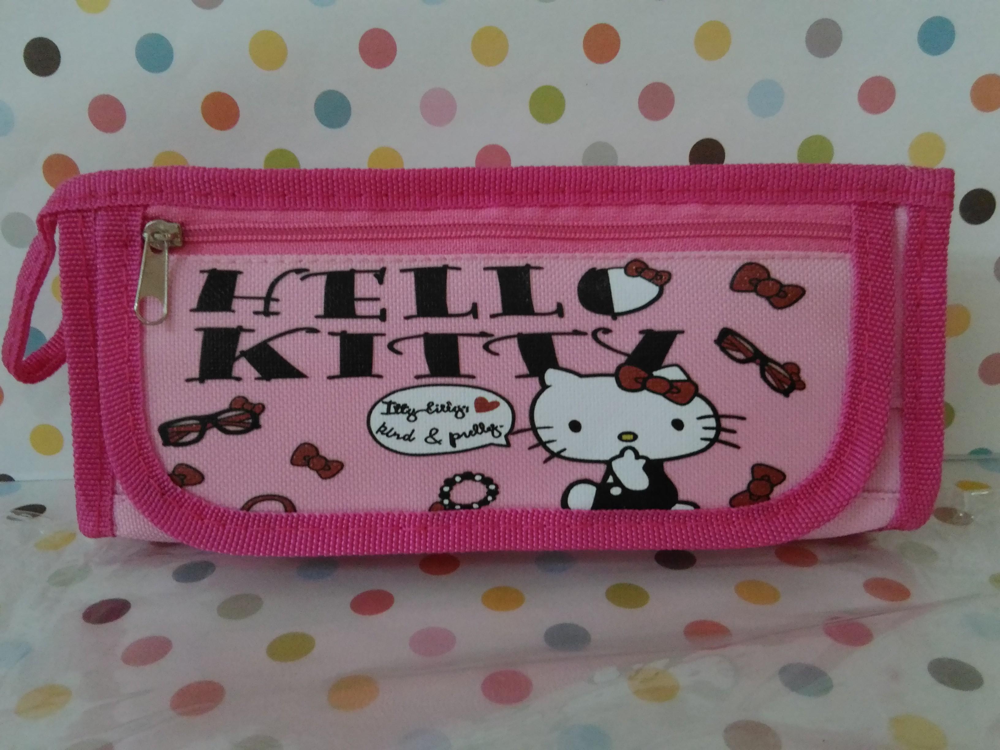 กระเป๋าใส่ดินสอปากกา ฮัลโหลคิตตี้ Hello kitty ขนาดกว้าง 2 นิ้ว * ยาว 8 นิ้ว * สูง 3.5 นิ้ว ลายฮัลโหลคิตตี้โบว์ มีช่องซิปด้านบน 1 ช่อง ด้านหน้า 1 ช่อง