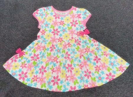 GD-292 (6-8Y) ชุดเดรส Jam Marilyn สีขาวลายดอกสีชมพู-ฟ้า-หลือง ตัดต่อกระโปรงเฉียง 2 ชั้น เจาะกระเป๋าข้าง กุ้นริมชมพูอ่อน ติดโบว์ชมพูเข้ม