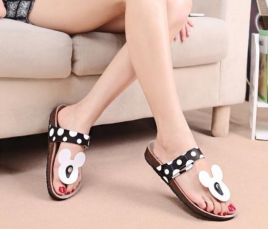 Pre Order - รองเท้าแฟชั่น รองเท้าแตะ ลายจุดมิกกี้เมาส์ สี : สีดำ / สีแดง