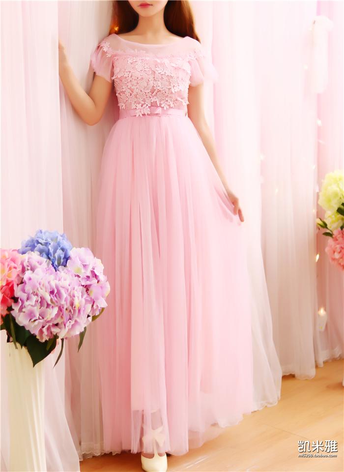เดรสยาวออกงานสีชมพู ปักลายดอกไม้และปักเลื่อมเล็กๆที่หน้าอก
