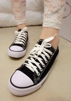 Pre Order - รองเท้าผ้าใบแฟชั่น เรียบ ๆ เรียบร้อย สี : สีขาว / สีดำ / สีแดง