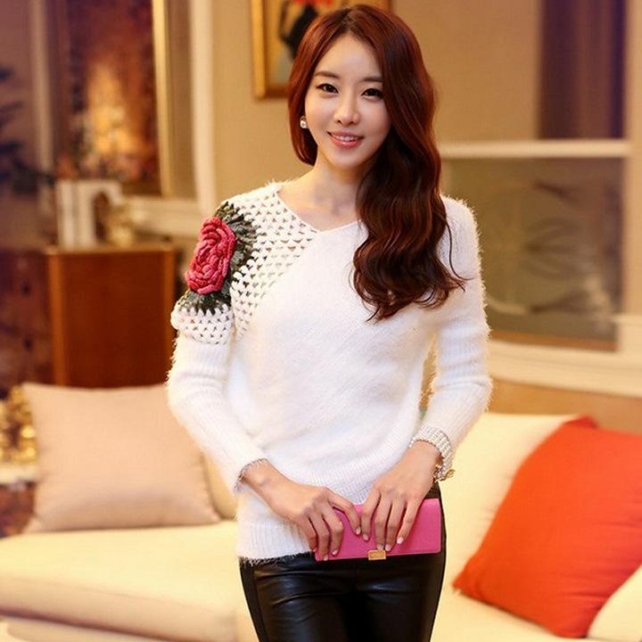 เสื้อไหมพรม ขนฟู สีขาว แขนยาว แต่งไหล่ขวาด้วยผ้าถักโครเชต์ลายดอกกุหลาบสีแดง ดีไซน์เก๋