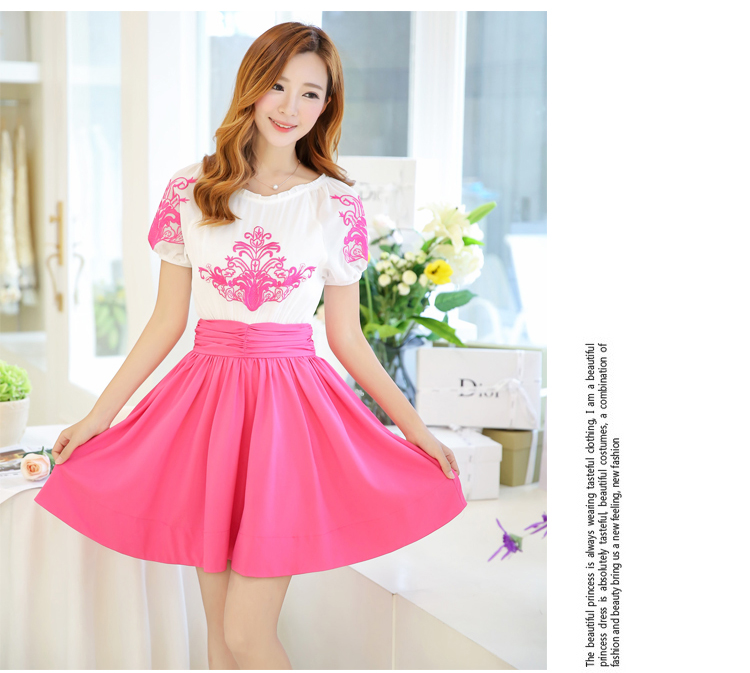 ชุดเดรสแฟชั่น เดรสตัวเสื้อผ้าชีฟอง เนื้อดีสีขาว ปักลายดอกไม้ที่หน้าอกและแขนเสื้อสีชมพู คอและปลายแขนเสื้อจั๊ม