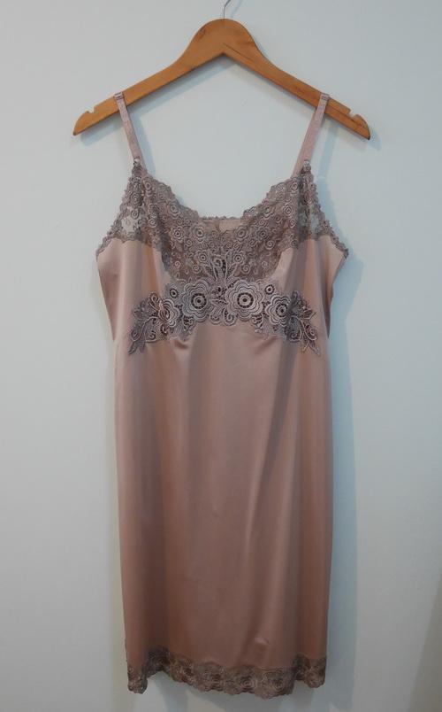 jp3820 ชุดนอน/ชุดซับใน ผ้าไนลอนสีโอวัลติน แต่งผ้าลูกไม้ รอบอก 35-36 นิ้ว