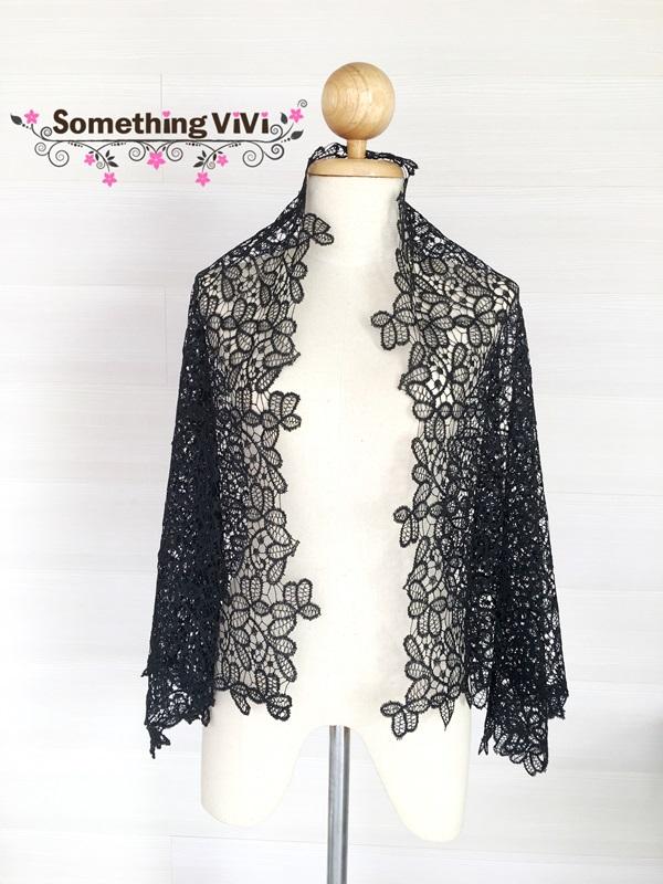 ผ้าพันคอ/ผ้าคลุมไหล่/ผ้าคลุมให้นม รุ่น Voir a travers (Size M) ผ้าพันคอ ผ้าคลุมไหล่ลูกไม้โปร่งสีดำล้วน มีความสวยงามในตัวของมันเอง เป็นรูปใบไม้ต่อๆ กันอย่างละเอียดและเว้นช่องระหว่างลูกไม้อย่างลงตัว สวยงาม เรียบง่ายและมีความหรูหราด้วยค่ะ ลงตัวสุดๆ ผ้าพันคอส
