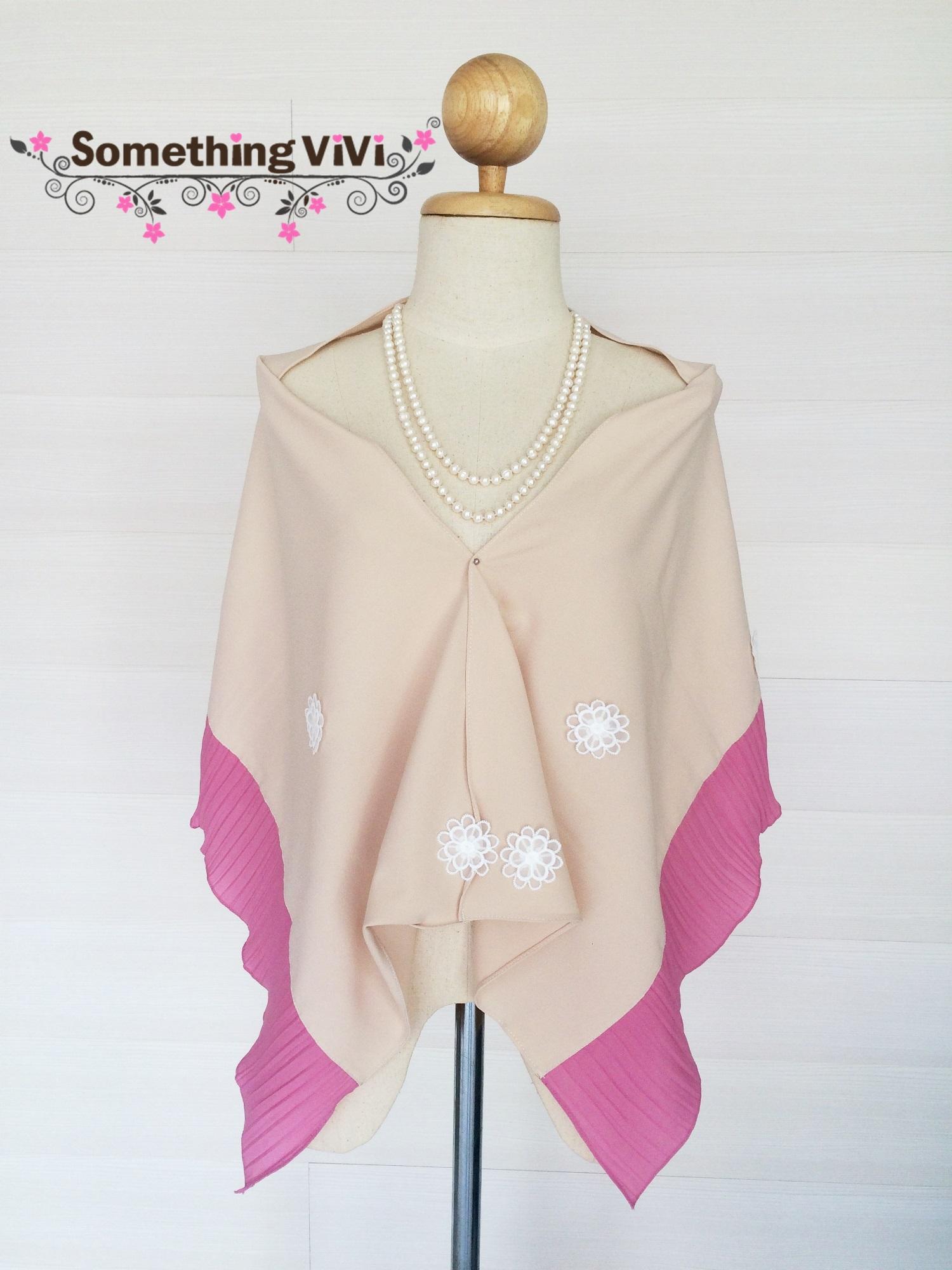ผ้าพันคอ/ผ้าคลุมไหล่ รุ่น Jasmine Melony สี Audrey Plum เป็นผ้ามอสเครปประดับด้วยดอกมะลิสวยงาม ดูเรียบๆ แต่สวยหรูหรามากๆ ใส่ออกงานได้อย่างมั่นใจ เป็นผ้าอย่างดี งานพรีเมี่ยมค่ะ พร้อมกล่อง/ซองแพคเกจอย่างดี ของขวัญ/ของฝาก